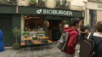 Fast food bio : illustration intérieur restaurant : ingrédients + fabrication de hamburgers