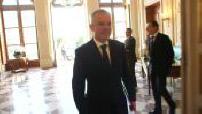 François de Rugy marchant jusqu'à une salle de réunion