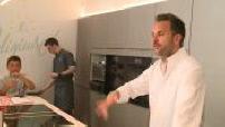 Christophe Michalak donne un cours de patisserie à des amateurs