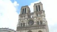 Touristes devant Notre Dame de Paris